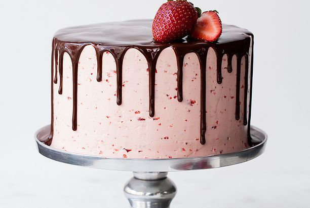 Chocolate Dipped Strawberry Cake + my best tips for drippy cakes
