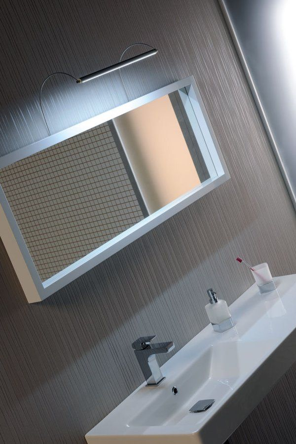 Lineární LED svítidlo FROMT je určené k montáži nad zrcadlo. Napájecí napětí 12V je ke svítidlu efektně přivedeno přes nerezové držáky svítidla. Ukotvení držáku a připojení napájecího kabelu se schová za rámem zrcadla. Tělo svítidla je vyrobené z tenkého eloxovaného hliníku o rozměru 18,5x15,8mm. Na zakázku lze vyrobit svítidlo do maximální délky 2000 mm