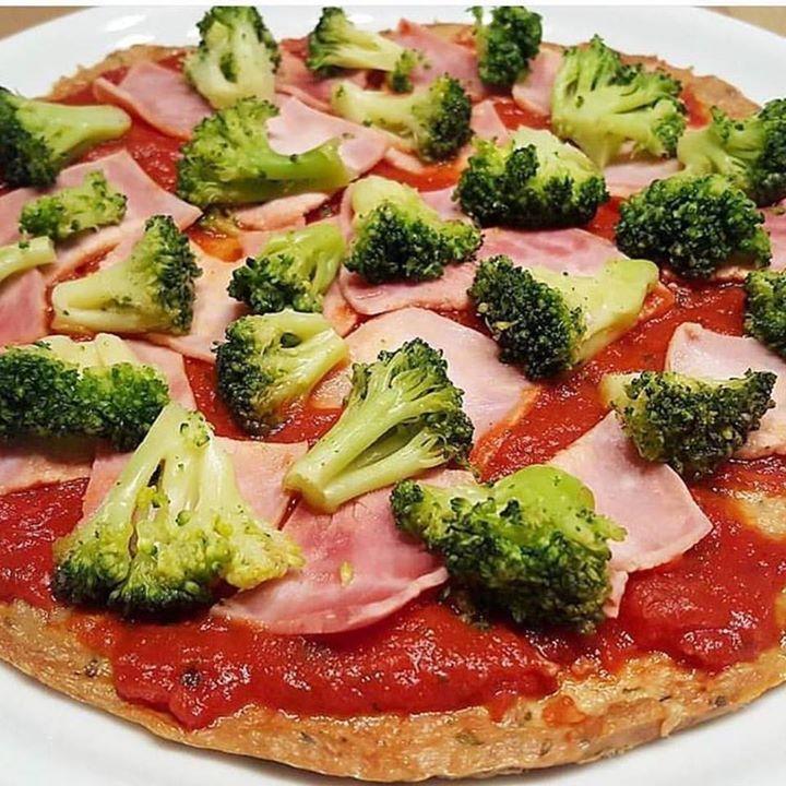 @kattis_healthy_kitchen  Bock auf  Pizza aber ohne Kohlenhydrate? Das ist eine low carb Pizza mit Thunfisch Boden. @mrfoodfoox hier bitteschööön noch was für deine #FOOXYPIZZA Challenge in Kooperation mit @got7nutrition. Die ist echt easy gemacht: 1 Dose Thunfisch 1 Vollei 50 g Magerquark Pizza-und Pastazauberei von @spice_bar (Werbung) Alles gut vermatschen und in Pizzaform auf ein Backpapier streichen. Den Boden bei 175 Grad Ober-/Unterhitze für ca.15 Minuten vorbacken. Mit Tomatensoße…