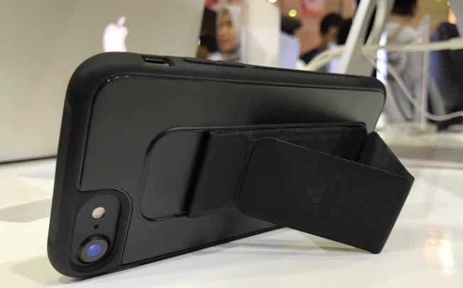 Harga Adidas Grip Case iPhone 7: Anti Selip dan Sebagai Fungsi Penyangga - http://situsiphone.com/harga-adidas-grip-case-iphone-7-anti-selip-dan-sebagai-fungsi-penyangga/