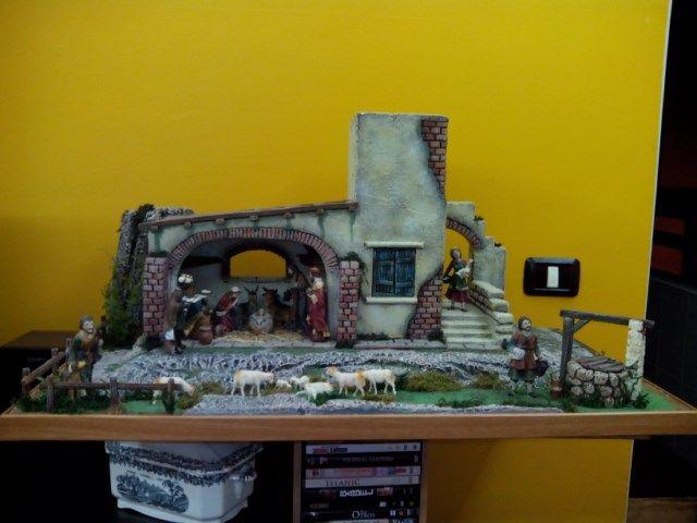Casa con pesebre, con figuras de 11 cm., de medidas 87ancho x51fondo x43alto