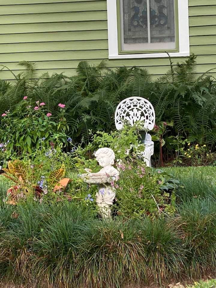 Here S A Close Up Of This Charming Garden Spot Charming Garden