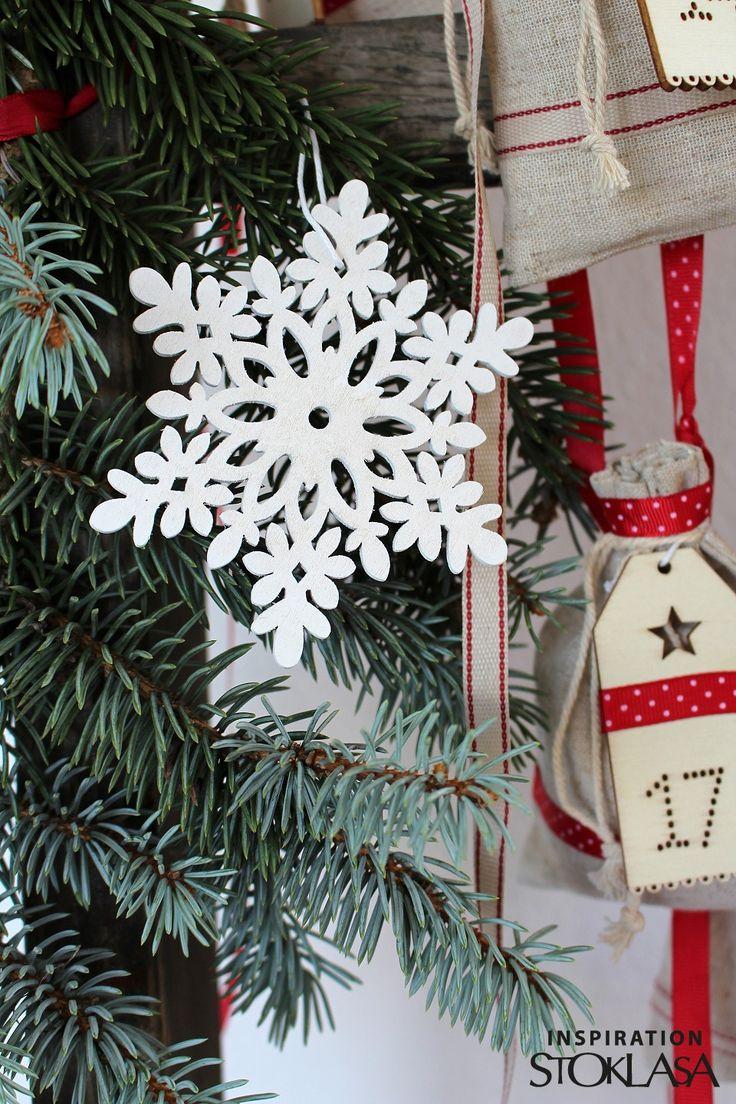 Dřevěná vločka vám doma vytvoří okouzlující zimní atmosféru. Skvěle vynikne na vánočním stromku, ve vánočních květinových vazbách, v zimních truhlících apod. Můžete ji také pověsit na dveře, do oken nebo volně do prostoru. Poutko je ozdobené dřevěným korálkem.