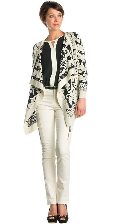 Zwarte blouse met contrasterende streep, Gebreid barok vest & Aansluitende crème broek met ritsen São Paulo #zwarte #blouse #contrasterende #streep #gebreid #barok #vest #aansluitende #broek #ritsen #paris #inspiration #fashion #style #FW15 #kennedyfashion #saopaulofashion