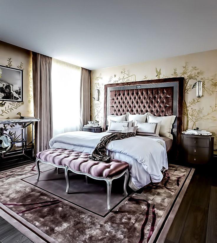 un dormitorio elegante con dobles cortinas en la ventana villalba