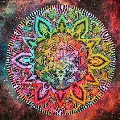 La palabra mándala o mandala proviene del sánscrito y significa Círculo Sagrado. Es un símbolo de sanación totalidad unión integración el absoluto.  Un mándala es básicamente un círculo es la forma perfecta y por ello nos representa el símbolo del cosmos y de la eternidad. Nos representa la creación el mundo el dios el ser humano la vida. Podríamos decir que todo en nuestra vida posee las formas del círculo. Desde el universo (el sol la luna los planetas) hasta el esquema de toda nuestra…
