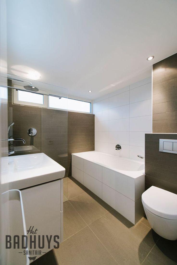 Eigentijdse Badkamer met combinatie van tegels in wit en grijs, Het Badhuys Breda | Het Badhuys