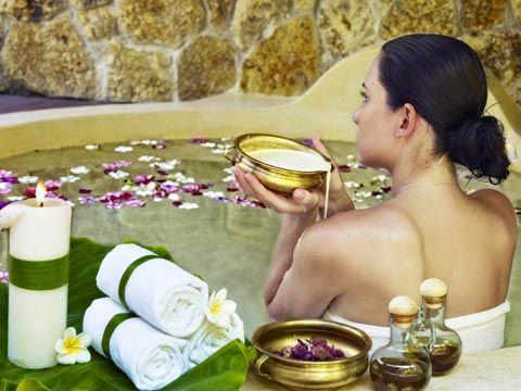 DIY-Rezept für selbst gemachten Badezusatz für ein Cleopatrabad -  wirkt rückfettend und feuchtigkeitsspendend