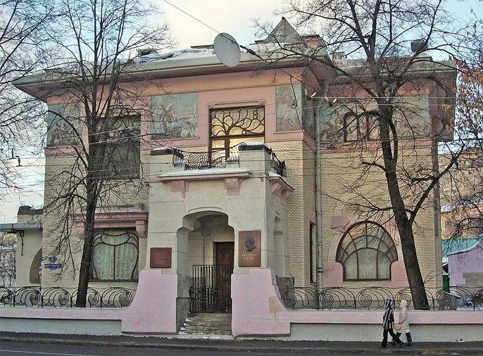 """Это здание, известное как вилла Рябушинского, выстроено архитектором Шехтелем в одном из направлений """"модерна"""", называемым """"венский сецессион""""."""