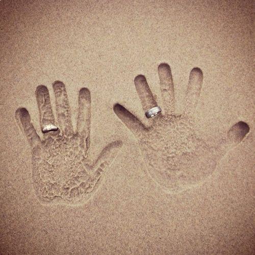ビーチウェディングで!手形と指輪のクリエイティブ スナップ