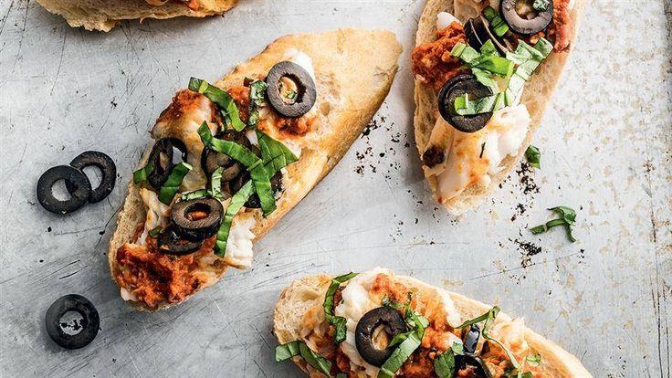 Szukasz przepisu na przystawkę? Zajrzyj na stronę Kuchni Lidla i sięgnij po przepis na kanapeczki z pastą z pieczonej flądry, suszonych pomidorów i papryki.