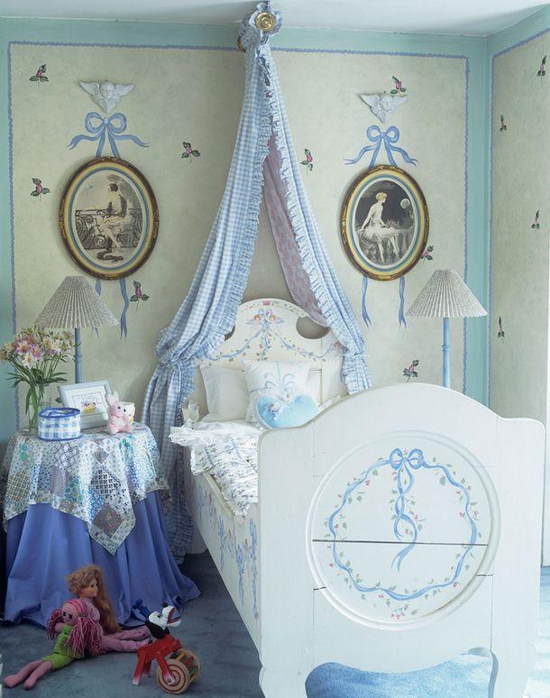 Милая романтическая детская: балдахин в изголовье кровати