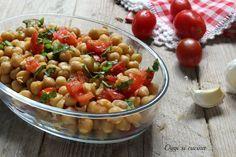 L'insalata di ceci e pomodorini è un piatto fresco adatto alla stagione estiva, una ricetta facile da realizzare e con pochi semplici ingredienti.