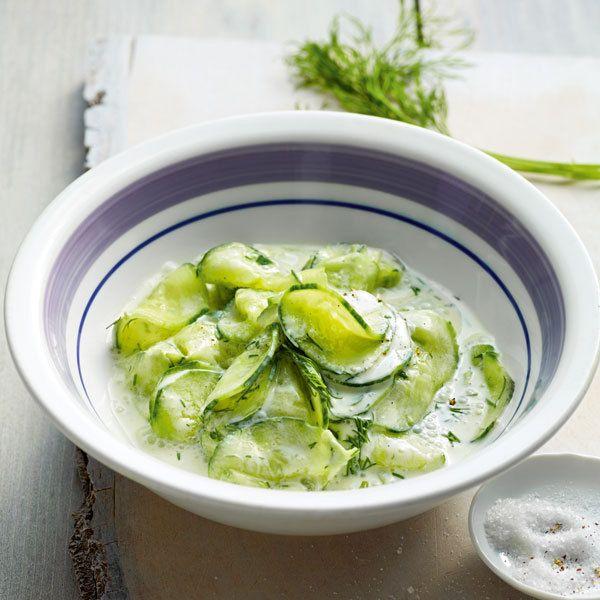 Eine Gurke, ein schlichtes Dressing aus saurer Sahne, Joghurt und Gewürzen. Und schon haben Sie einen herrlich cremigen Salat.