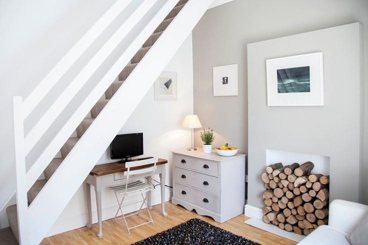 House in Whitstable, United Kingdom. A quaint, seaside haven directly opposite Whitstable's iconic harbour and beach. Unbeatable location on the doorstep of the town's fashionable restaurants, bars and boutiques.