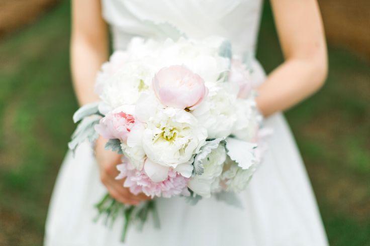 Der Brautstrauß hat für seine Trägerin eine ganz besondere Bedeutung und soll ihr nicht nur am Hochzeitstag Freude bereiten. Mit verschiedenen Konservierungsmethoden könnt Ihr den Brautstrauß lange haltbar machen und ihn so wunderbar als Dekorationselement verwenden.