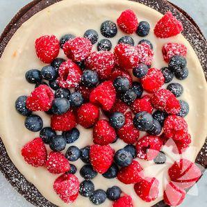 Orman meyveli ve mandalina kremalı pasta.  chocolate&red fruits cake