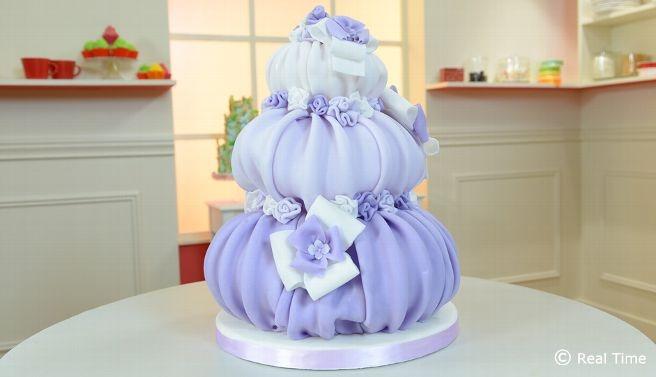 Soffio di glicine   Renato per il battesimo della piccola Lidia ha realizzato una torta lilla a tre livelli ad effetto palloncino.