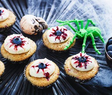 Muffins som man knappt vågar titta på – men hemskt gärna vill äta upp! Den vita frostingen pryds av en blåbärspupill, och den rödsprängda effekten får du genom att först droppa lite av blåbärets vätska på frostingen.