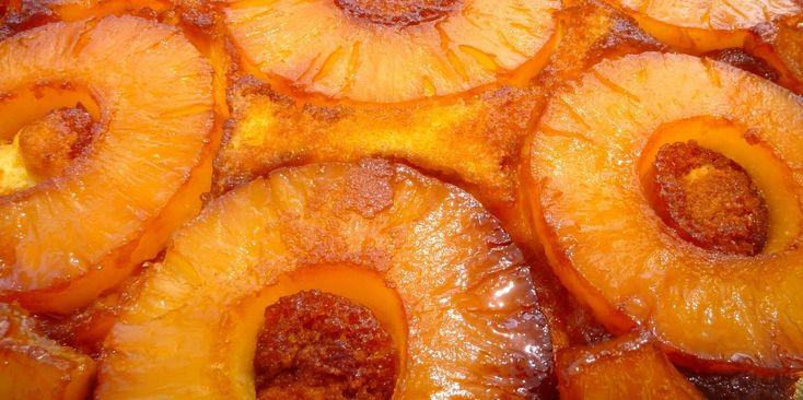 Bolo de ananás caramelizado, pode-se pôr as rodelas inteiras ou aos pedaços.
