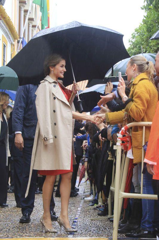 Los Reyes demuestran cómo hacer perfecto un día de lluvia Don Felipe y doña Letizia han desafiado al tiempo en La Rinconada, Sevilla, en donde han sido calurosamente recibidos. 10.05.02016