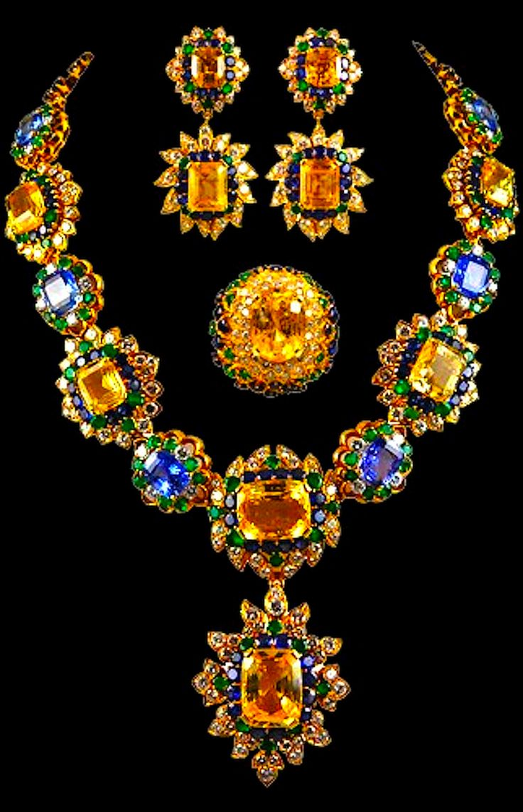 MAGNIFICENT VAN CLEEF & ARPELS Parure of flower bursts of superb Golden Sapphires and Cornflower Blue Sapphires, surrounded by blue sapphires, diamond and emeralds 1970