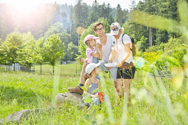Familievriendelijke tips voor het Zwarte Woud. Trekpleister bij uitstek in #Duitsland blijft nog steeds het #ZwarteWoud. De hele familie kan er genieten van de natuur, zwembaden, attractieparken, dierentuinen, musea en #boomtoppaden. Bovendien bepaalt een officieel keurmerk of elke activiteit geschikt is voor kinderen.