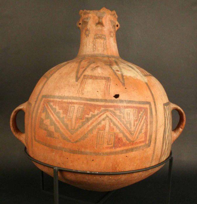 Aríbalo. Cántaro antropomorfo – Chile Precolombino   Material(es): Cerámica Período: Horizonte Inka. Estilo Inka-Diaguita-Aconcagua 1470- 1532 d.C. Medidas: 420 mm de alto Cultura: Horizonte Inka