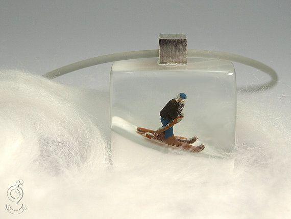 Ski bunny – sporty ski figure pendant with a mini-skier on a white slope made of resin for après-ski fun