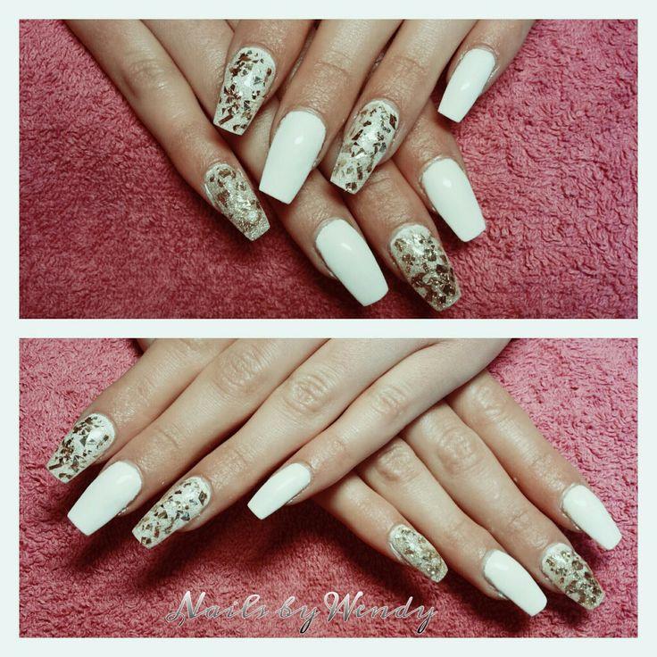 Set gel nagels met witte gelpolish en gold glitter!