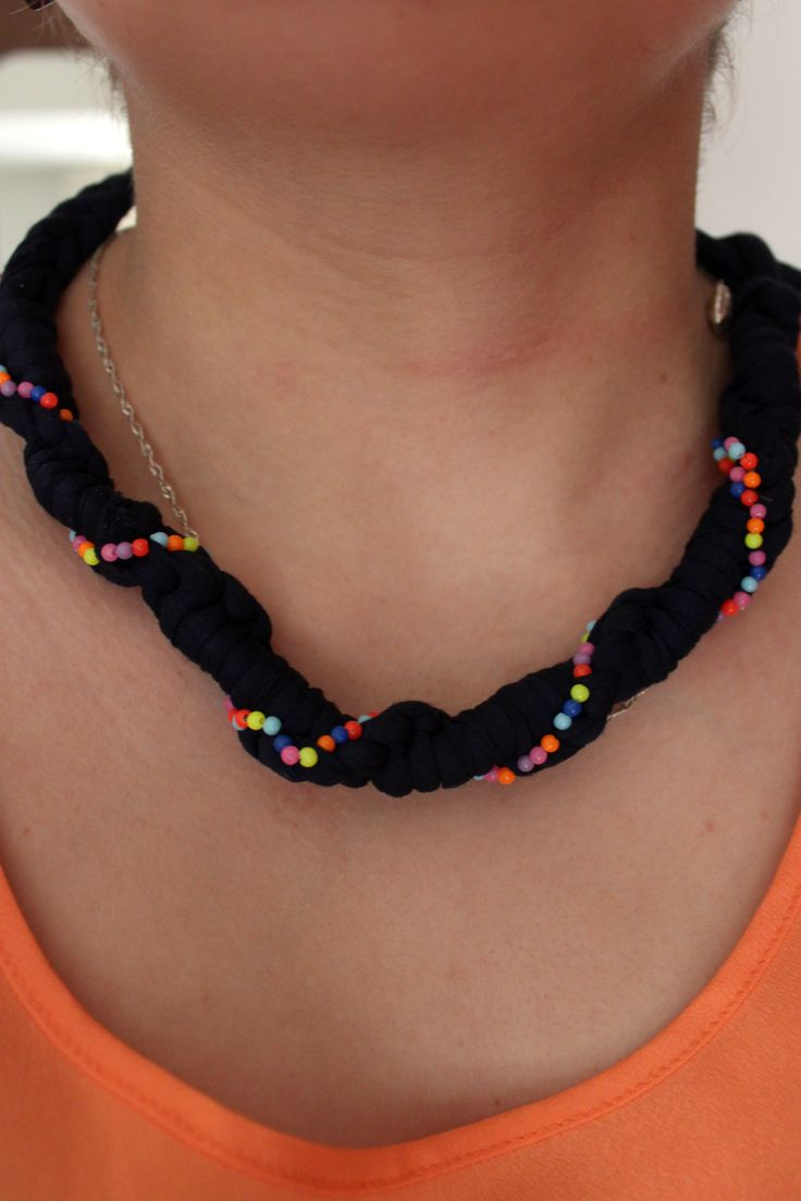-Collar con nudos en trapillo, con cuentas de colores- by yoliyola
