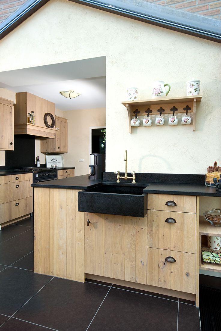 VRI interieur landelijke keuken modern eiken  met houten laden