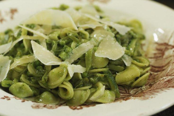 De veelzijdigheid van pasta heeft z'n grenzen nog niet bereikt. Jeroen gebruikt deze keer de 'orecchiette', maar die kan je naar eigen keuze vervangen door een ander type pasta. Het is vooral belangrijk om veel groene groenten te gebruiken en het gerecht te verfijnen met een frisse salsa of saus. Wie graag vegetarisch eet kan meteen aan de slag, maar ook wie graag een stuk vlees lust, zal zich niet tekort gedaan voelen.