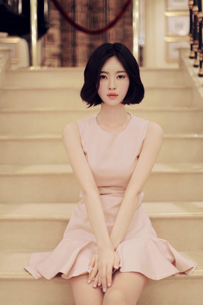 The short dress is always more elegant than a longer length