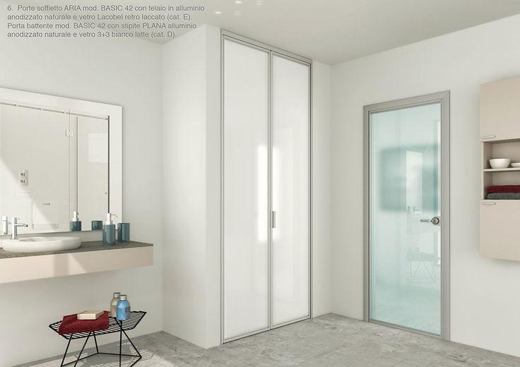 Porte soffietto ARIA mod. BASIC 42 con telaio in alluminio anodizzato nturale e vetro Lacobel retro laccato e Porta battente mod. BASIC 42 con stipite PLANA alluminio anodizzato naturale e vetro 3+3 bianco latte. By ZEMMA.
