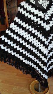 Poncho zwart/wit Deze poncho maakte ik voor Sonja Silva. Door de zwart/wit combinatie past deze poncho heel goed bij een klassieke outfit, maar ook bij  sportieve kleding vormt het een mooi geheel.