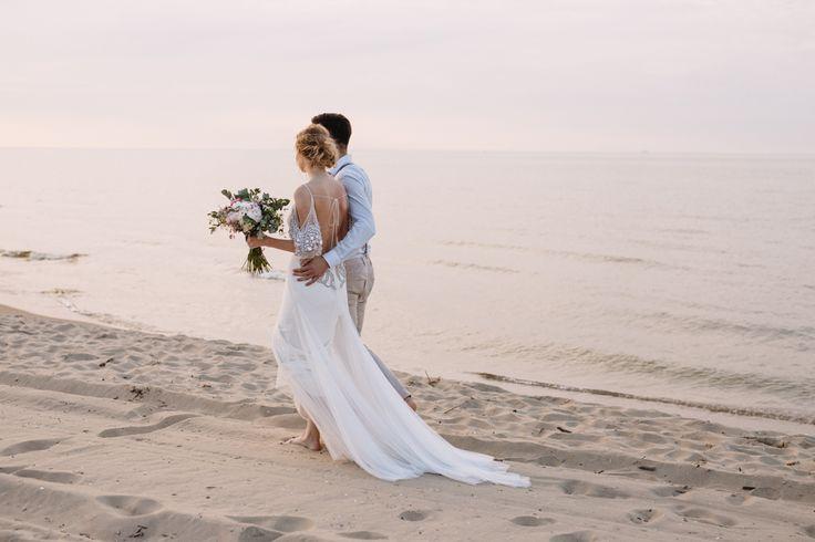 Szum morza, ciepłe słońce, wiatr we włosach i oni - Ola i Filip w samym środku uroczej i delikatnej aranżacji w stylu boho. To piękna inspiracja dla par, którym marzy się ślub na plaży, albo przynajmniej w nadmorskim klimacie. To także dobry pomysł na sesję plenerową.