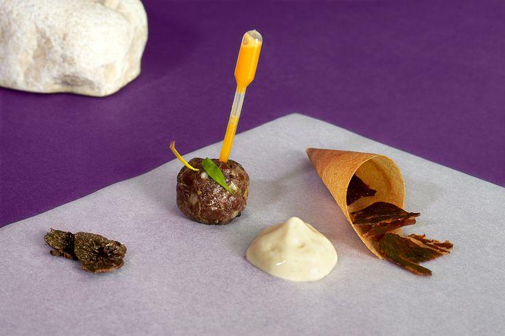 Cono de steak tartar - Restaurante LAV - ◇ Bodegón sobre papel morado, piedras y geometrías ◇ #comida #food #lovefood #foodporn #foodart #foodgram #foodstyling #instafood #delicious #restaurante #gastronomia #mediterranean #degustacion #showcooking #comerbien #chef #gourmet #hotel #hotelalfonsov #vamuca #beautifulplaces - Photography & art direction www.calerastudio.com