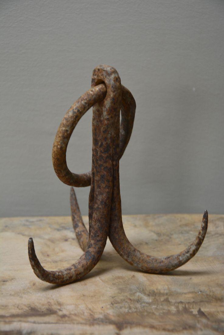 Stoere, oude metalen haken. Goed te gebruiken in een winkelinterieur of in je keuken!  Verkrijgbaar bij: www.oma-an.nl