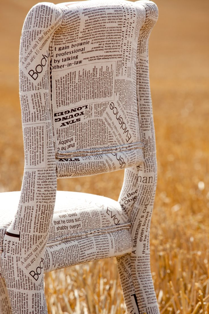 papier mache dikke lak en stoel naar buiten. Dit is geen tutorial maar een advertentie voor verkoop. Newspaper fabric chair- could actually papier mache newspaper onto a wooden chair..
