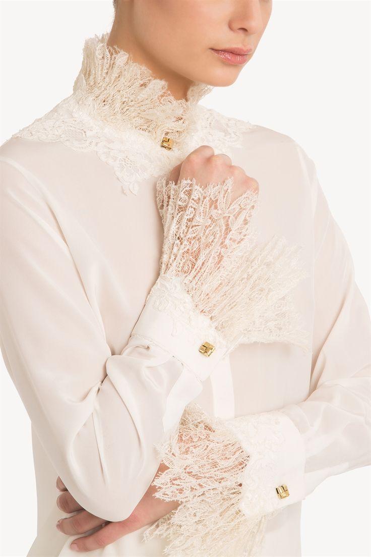Camicia a manica lunga in seta impreziosita da fondo manica e colletto in pizzo plissettato. La sua raffinatezza è completata dai bottoni dorati applicati al colletto ed al polsino.<br><br>La modella è alta 180 cm e indossa una taglia 40