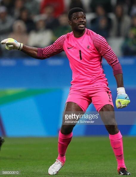 #RIO2016 Daniel Akpeyi of Nigeria in action during the match between Colombia and Nigeria mens football for the Olympic Games Rio 2016 at Arena Corinthians on...