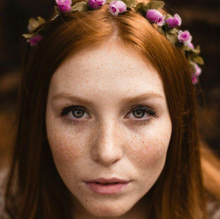Blond vénitien, cuivré, orangé, foncé, auburn…Le roux se décline en de multiples teintes et nuances. Quelle que soit la vôtre, vous devrez opter pour un maquillage harmonieux qui tiendra compte à la fois de la couleur de vos yeux, cils et sourcils. Soignez la courbe de vos sourcils Il s'agit d'une étape primordiale car l'aspect …