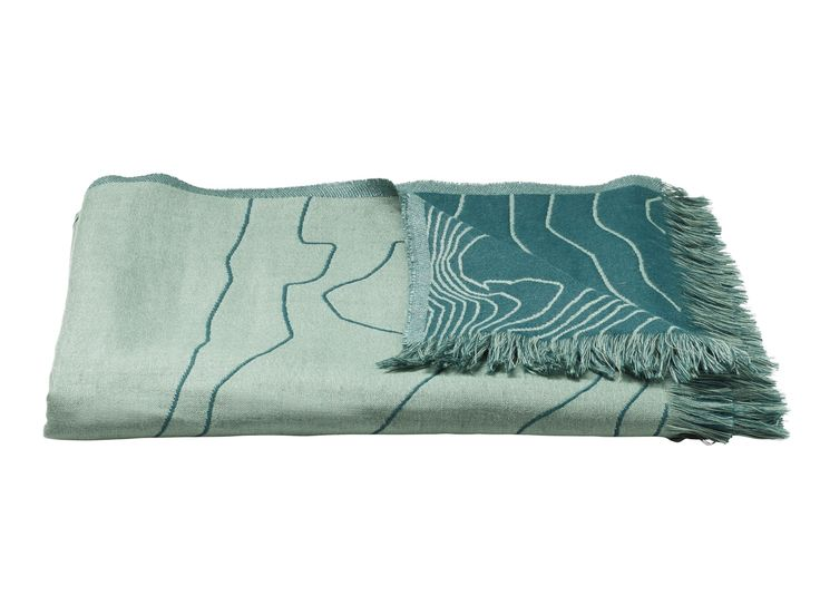 Fjord er, som navnet antyder, inspireret af danske fjorde. Det smukke mønster i plaiden, forestiller sirlige og bevægelige bølger, der er med til at give tæppet form og karakter. Den bløde plaid vil med sikkerhed gøre sofahyggen endnu hyggeligere.