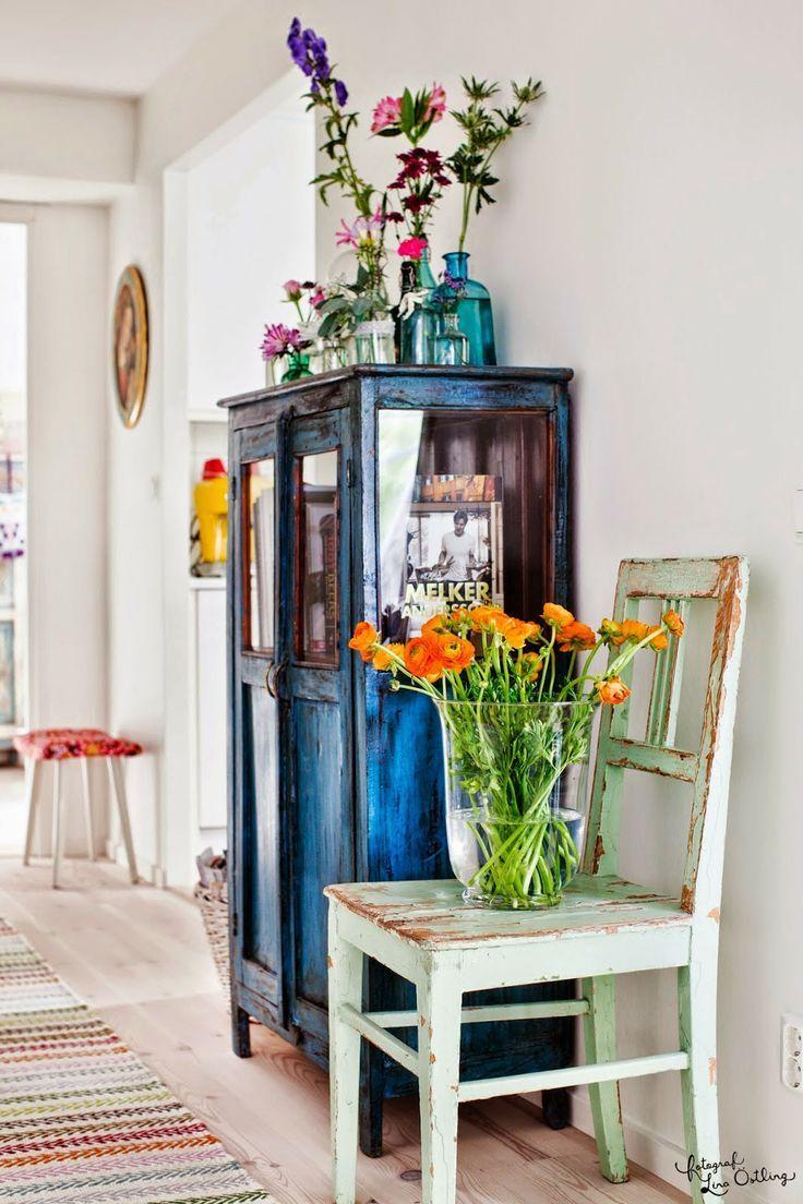 Organize a colecção de frascos e de-lhes vida e alegria com flores naturais...love it