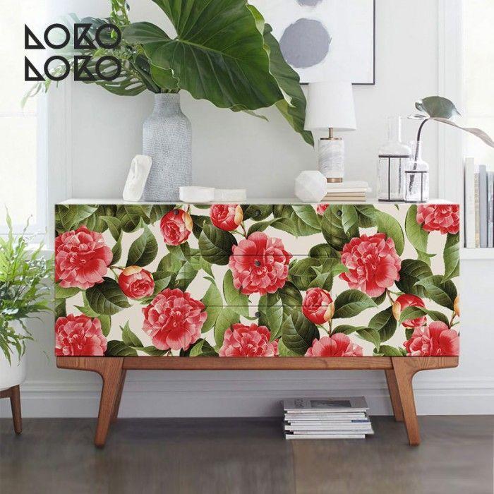 Vinilo para muebles de salón con bonito estamapado de flores rojas y hojas verdes #lokolokodecora