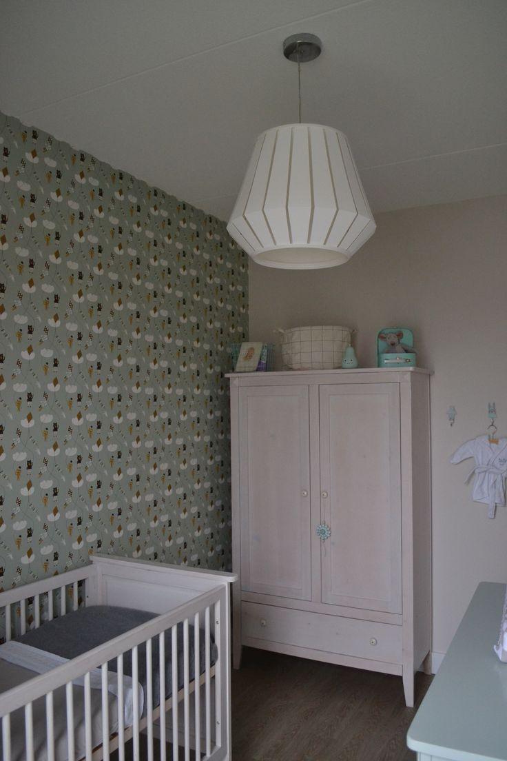 Babykamer / Nursery Wallpaper: Ferm Living kite mint Lamp: Ikea Lakheden