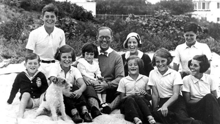 """Sinuciderea lui Mary Richardson Kennedy, fosta soție a lui Robert Kennedy Jr., a readus în atenția publicului istoria tragică a uneia dintre cele mai cunoscute și apreciate familii din istoria Americii. De asemenea, au reînceput discuțiile despre așa-zisul """"blestem Kennedy"""", un mit creat de presa americană din cauza numeroaselor tragedii ce au avut loc în această familie pe parcursul deceniilor."""