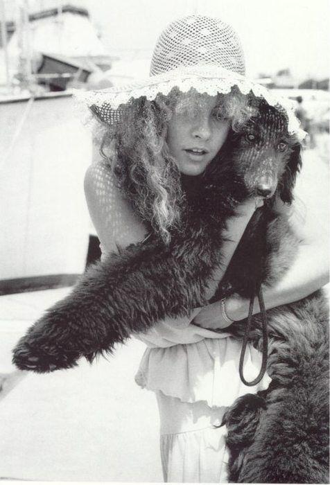 Stevie Nicks and her black standard poodle. I knew she had good taste! Stevie Nicks, fashion Icon, icon, idol, fashion #Poodle