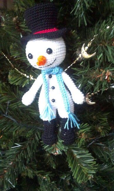 Frosty the snowmen ,gehaakte sneeuwpop naar een patroon van hip haakwerk